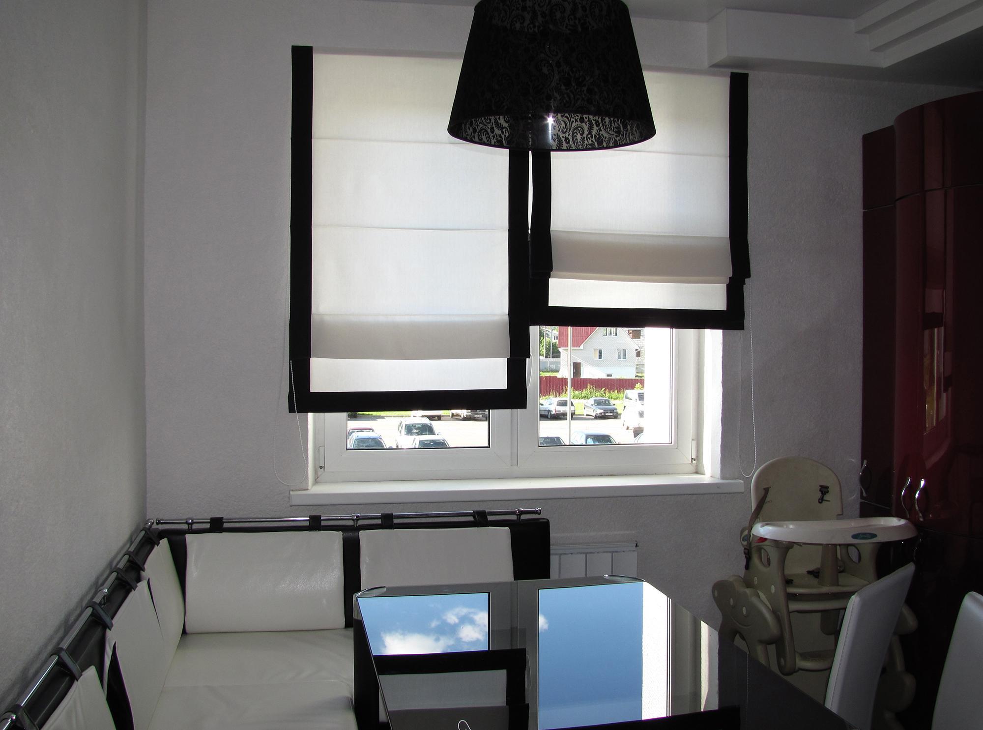 Черно-белые римские шторы для кухни