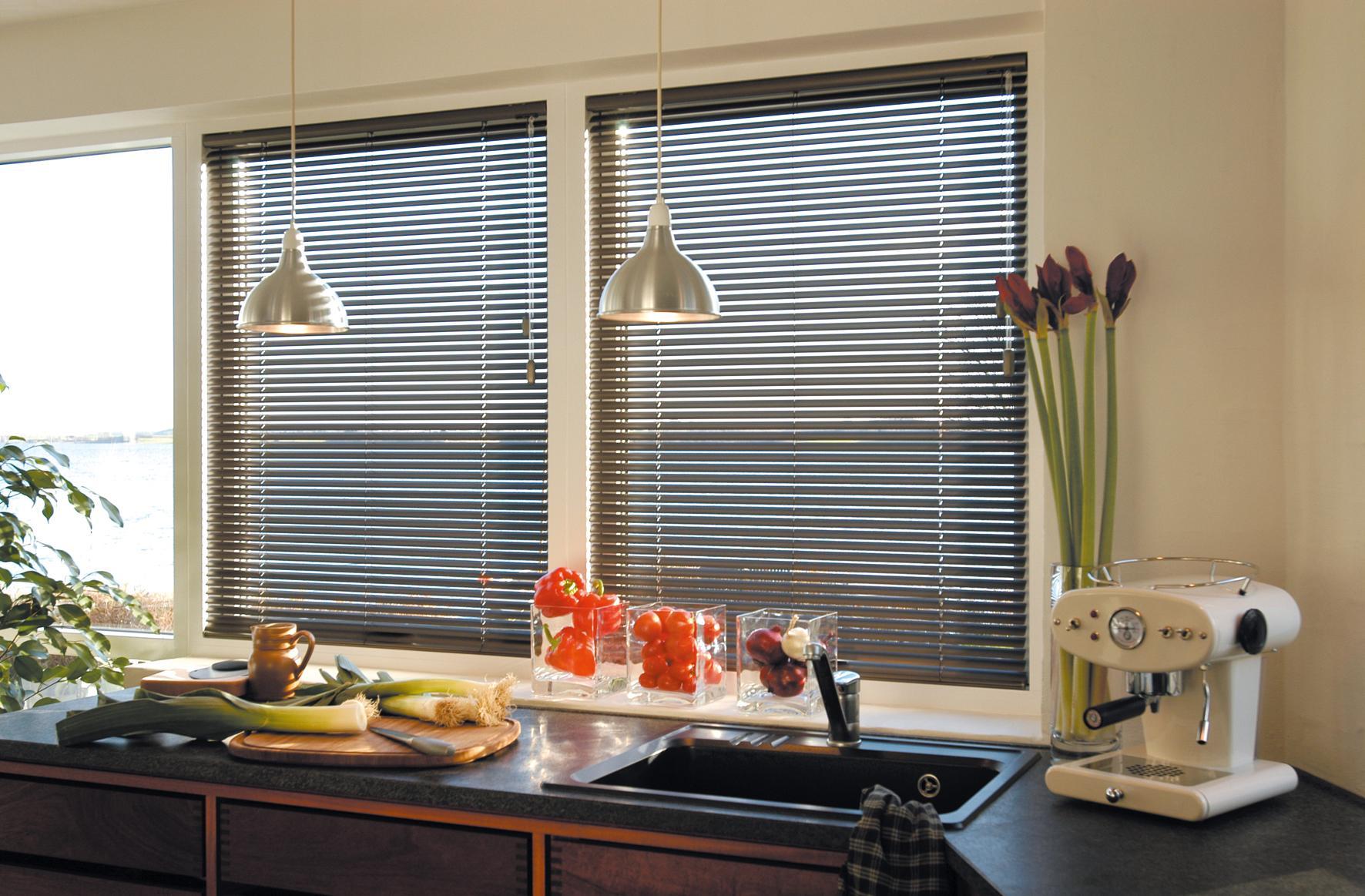 Серые жалюзи для кухни