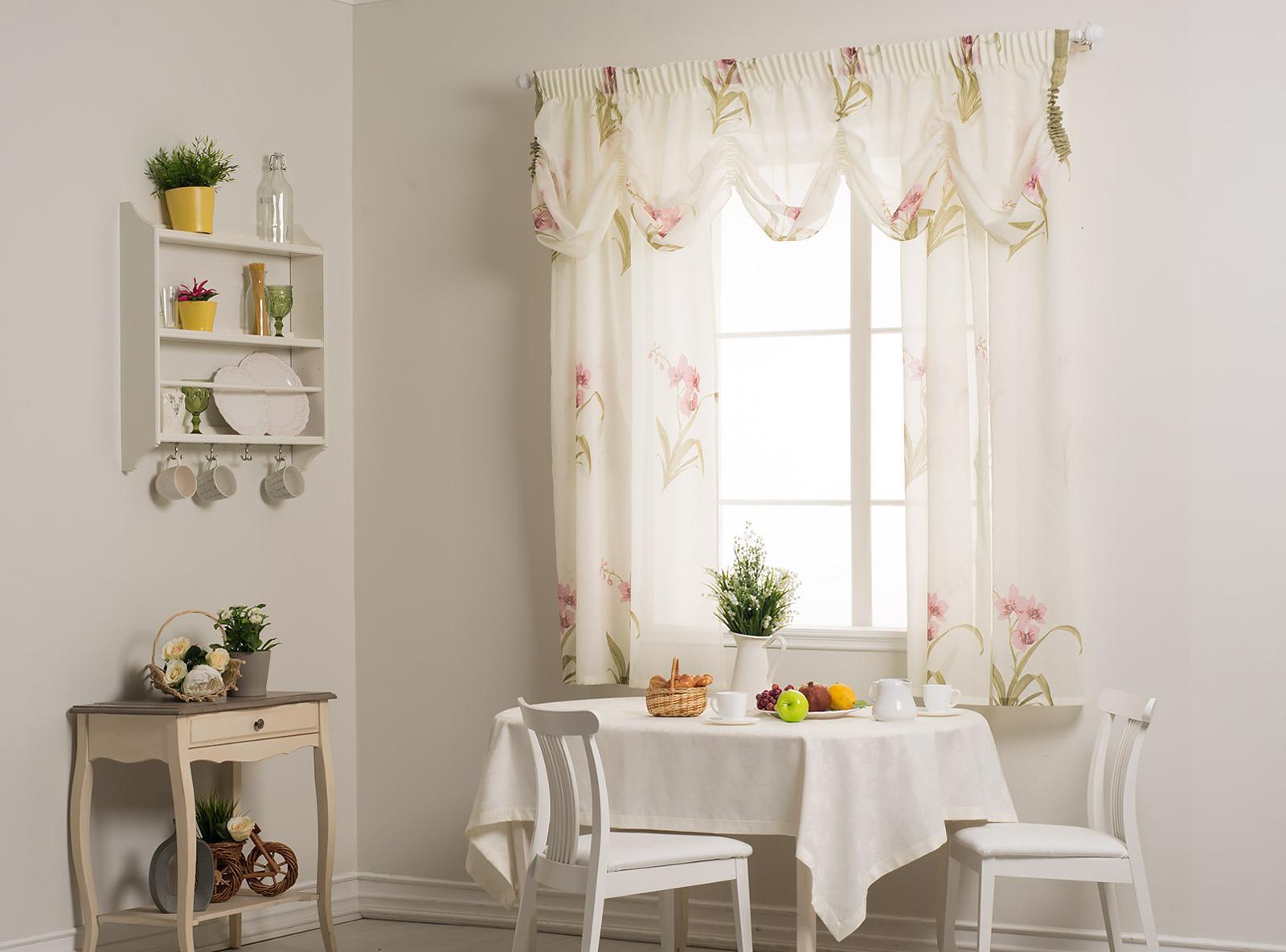 Легкие шторы с ламбрекенами на кухне
