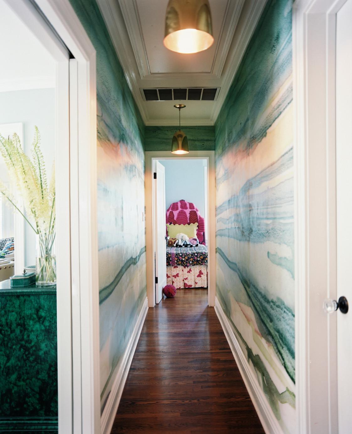 Две металлические люстры в коридоре