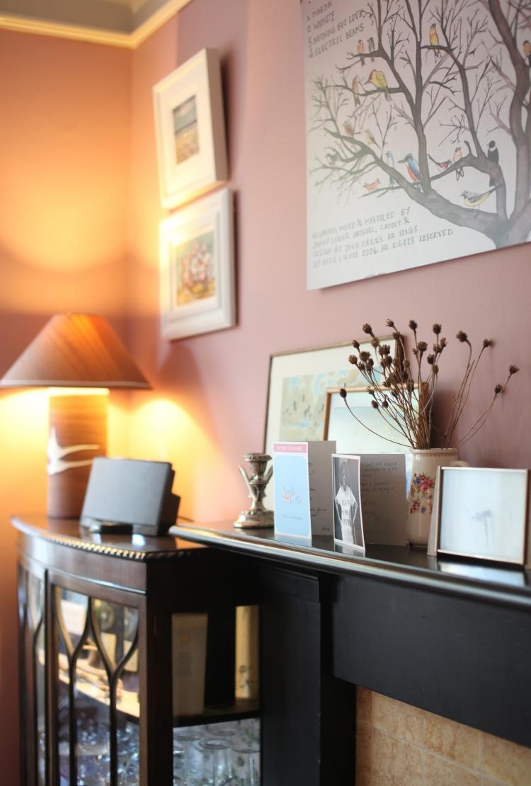 Розовый и цвет венге в интерьере
