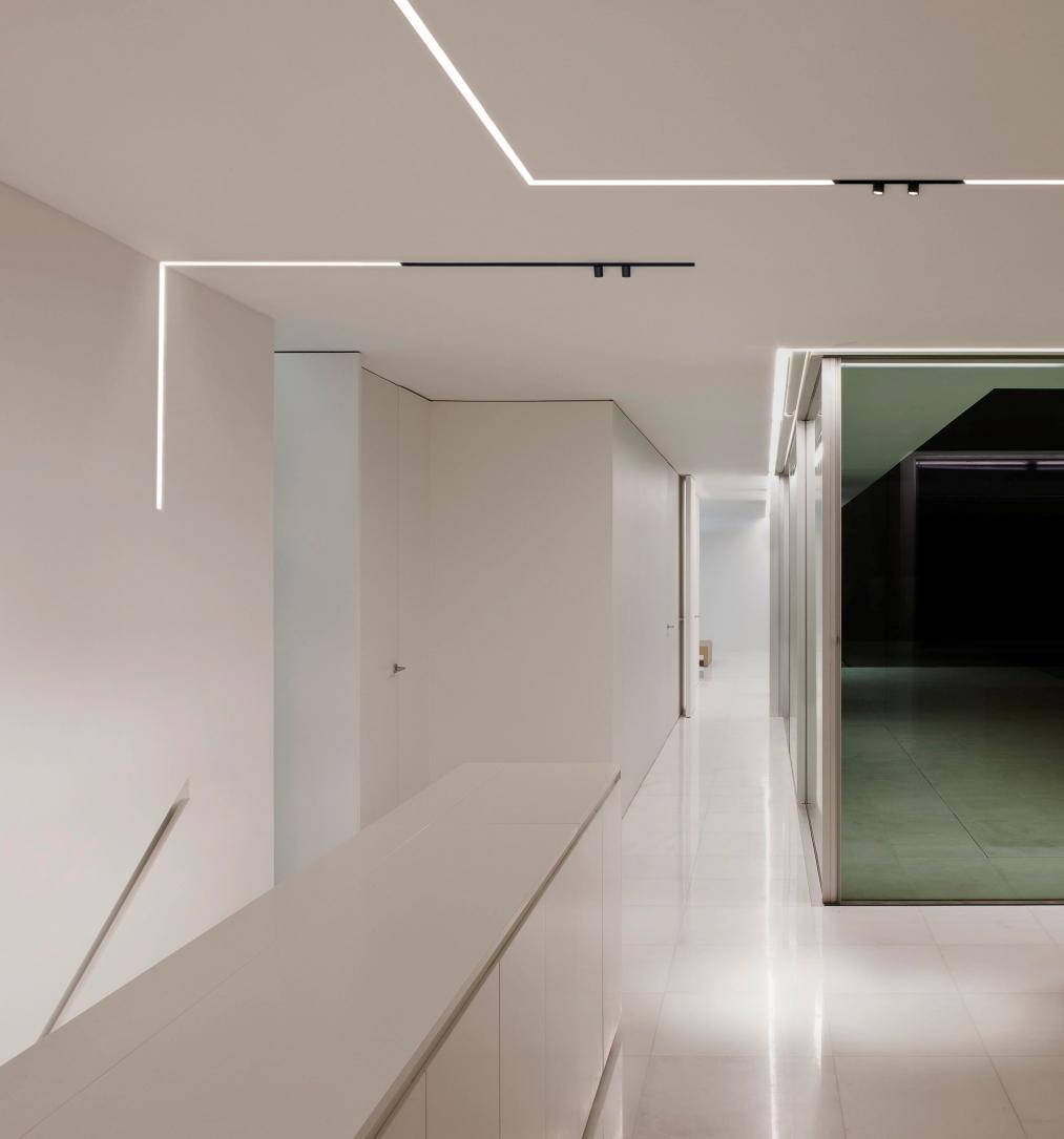 Необычное освещение квартиры в стиле хай-тек