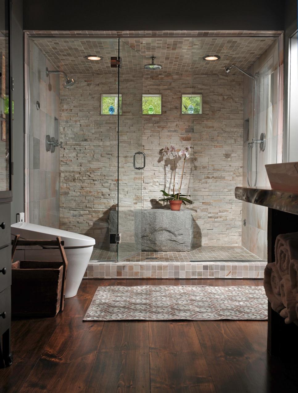 Просторный душ в интерьере ванной