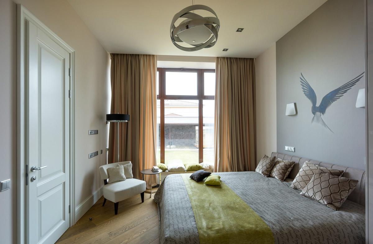 Оливковые акценты в коричнево-серой спальне