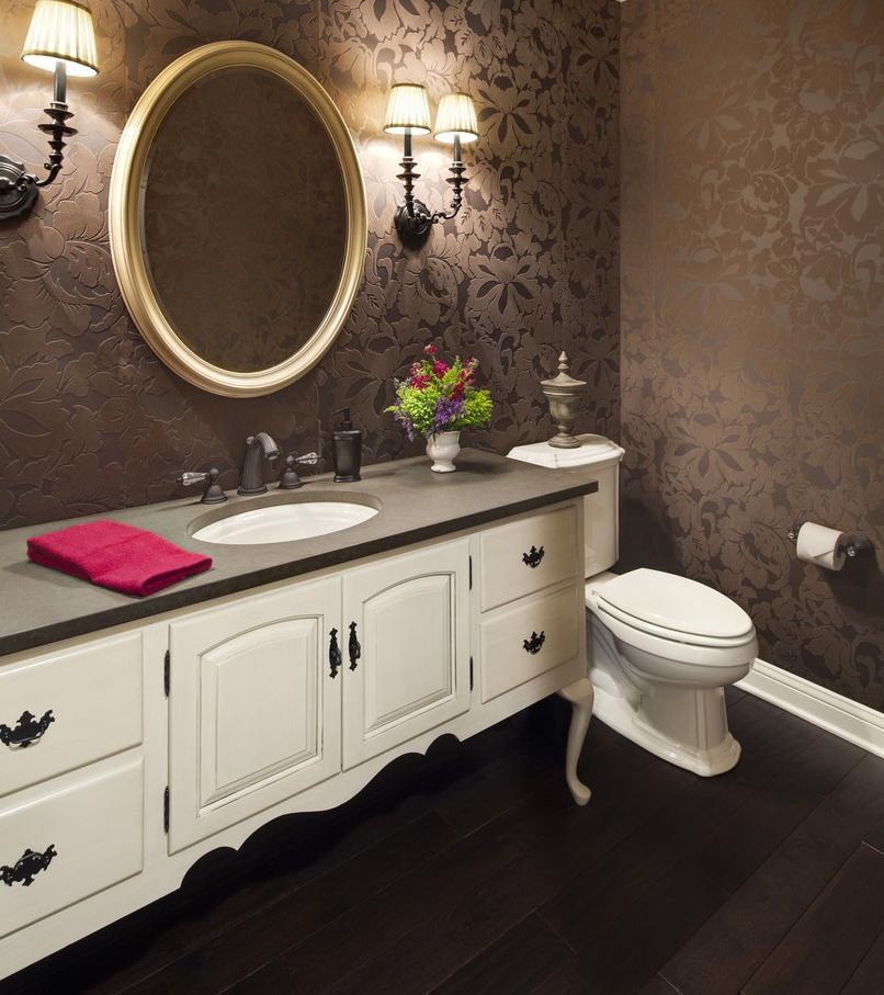 Стильная коричнево-белая ванная комната
