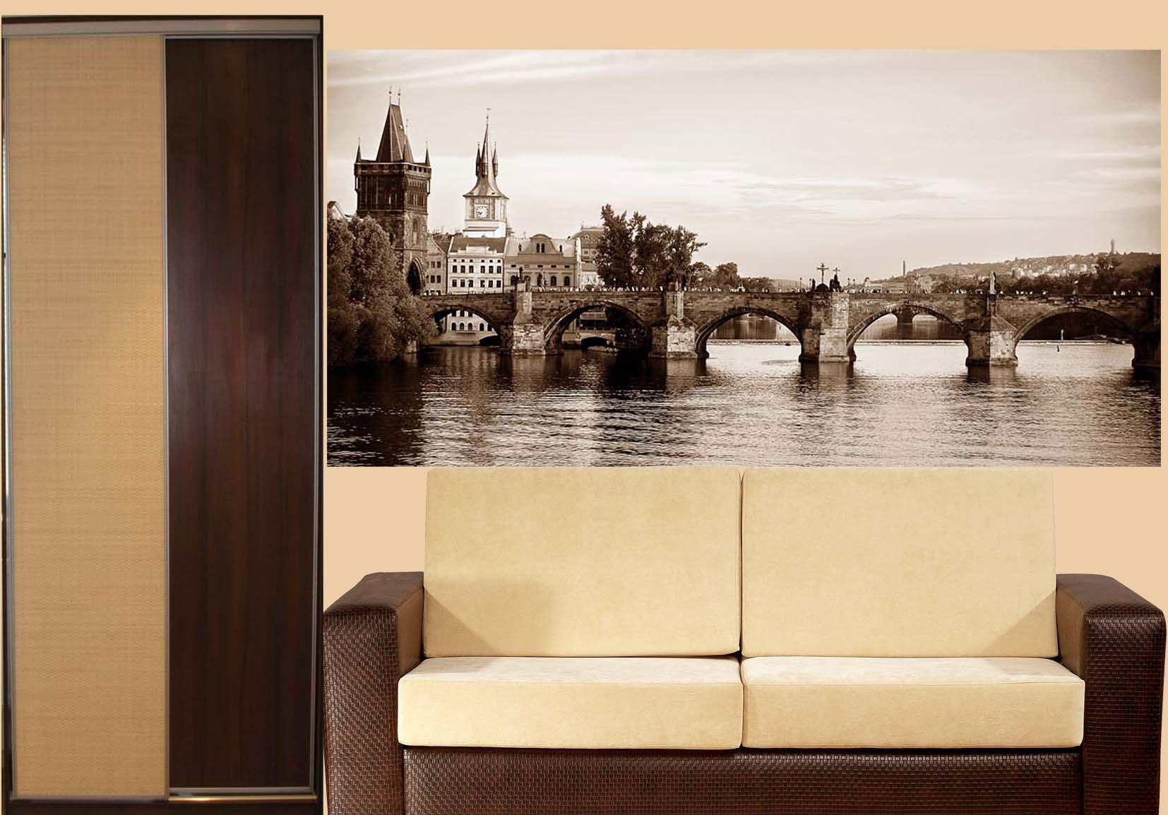 Фотообои в гостиной с изображением моста