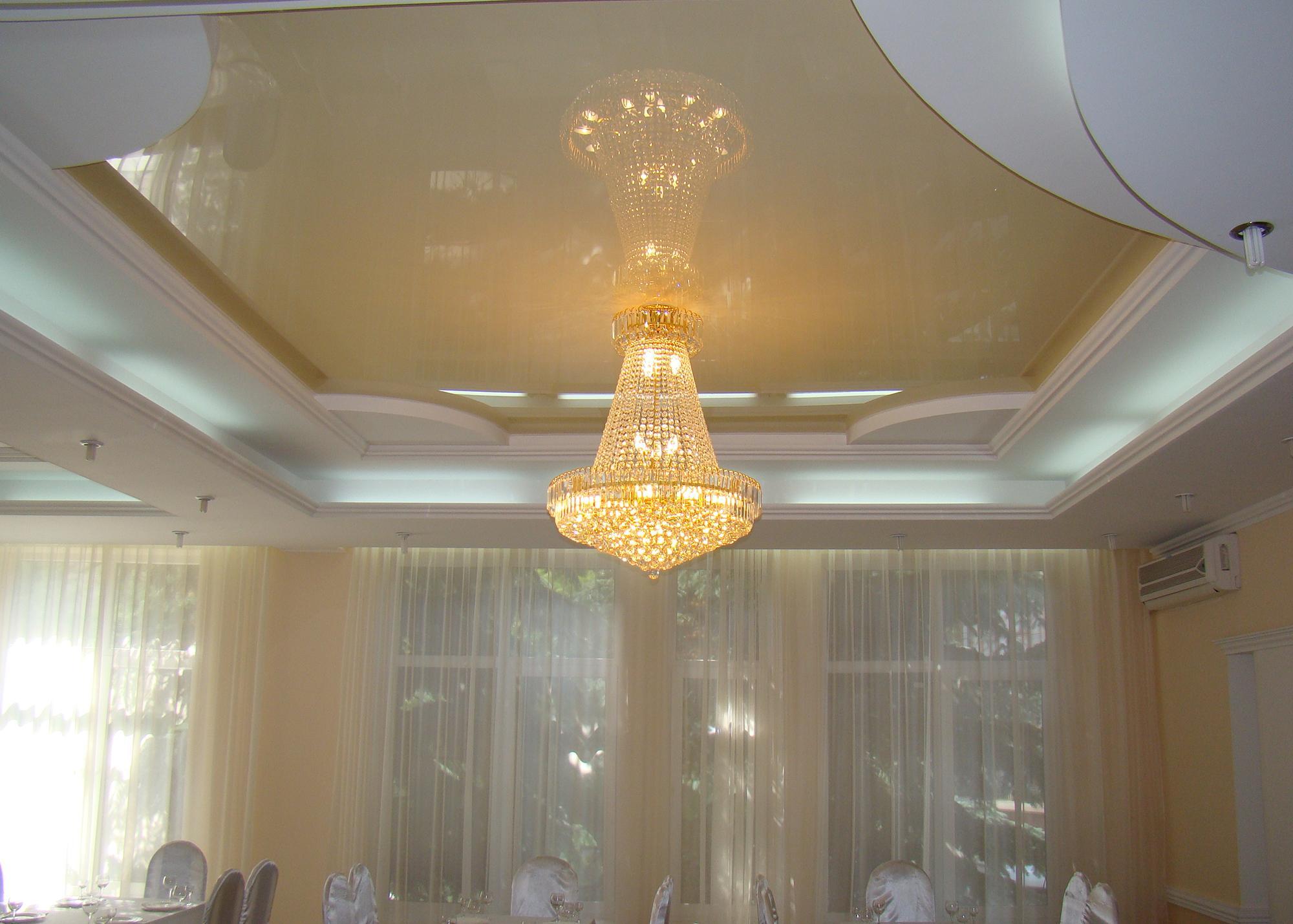 Роскошная люстра с натяжным потолком