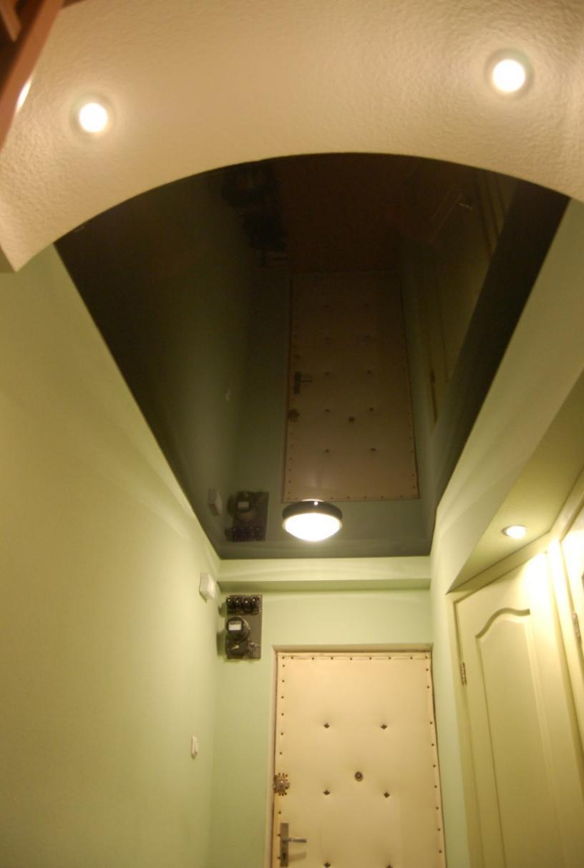 Освещение натяжного потолка в прихожей