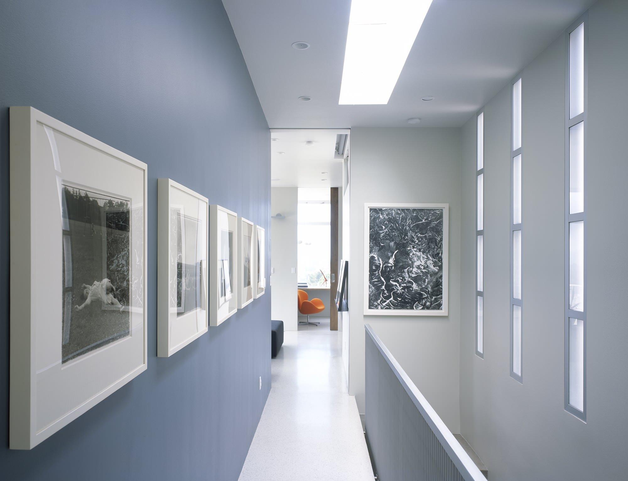 Большая световая полоса и точечные светильники в коридоре