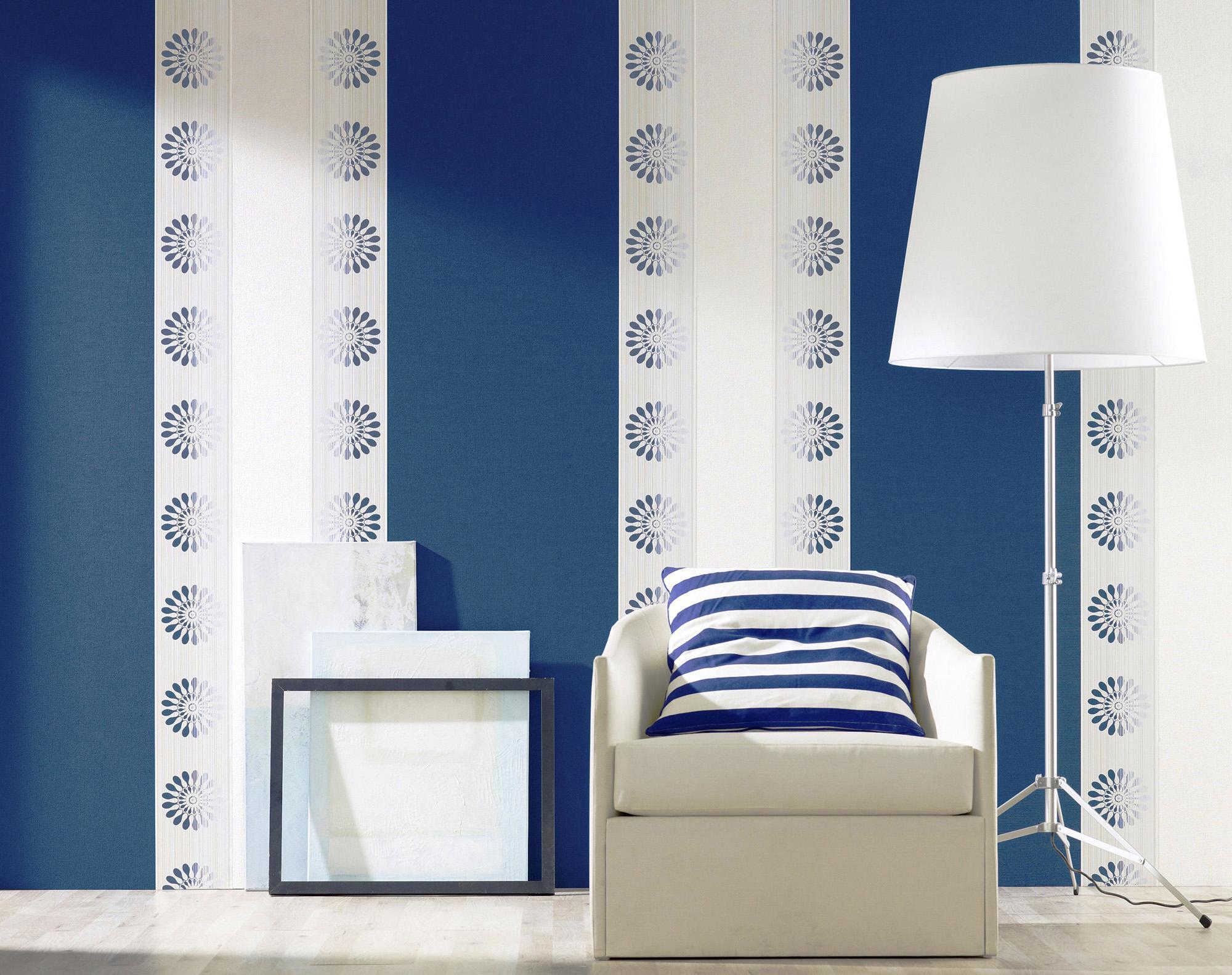 Сочетание белых и синих обоев в гостиной