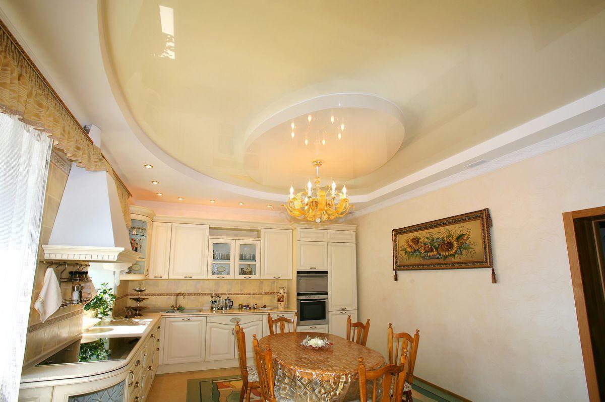 Золотистая люстра с натяжным потолком на кухне