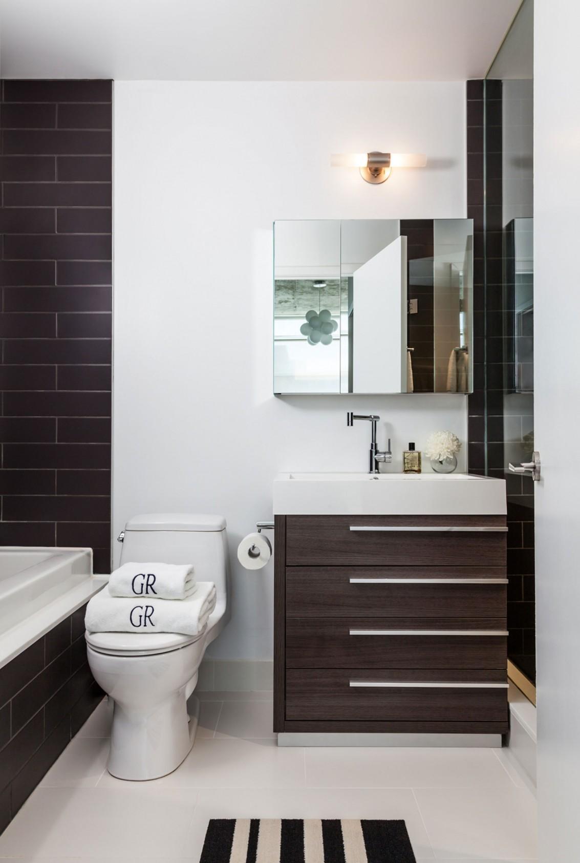 Современная коричнево-белая ванная