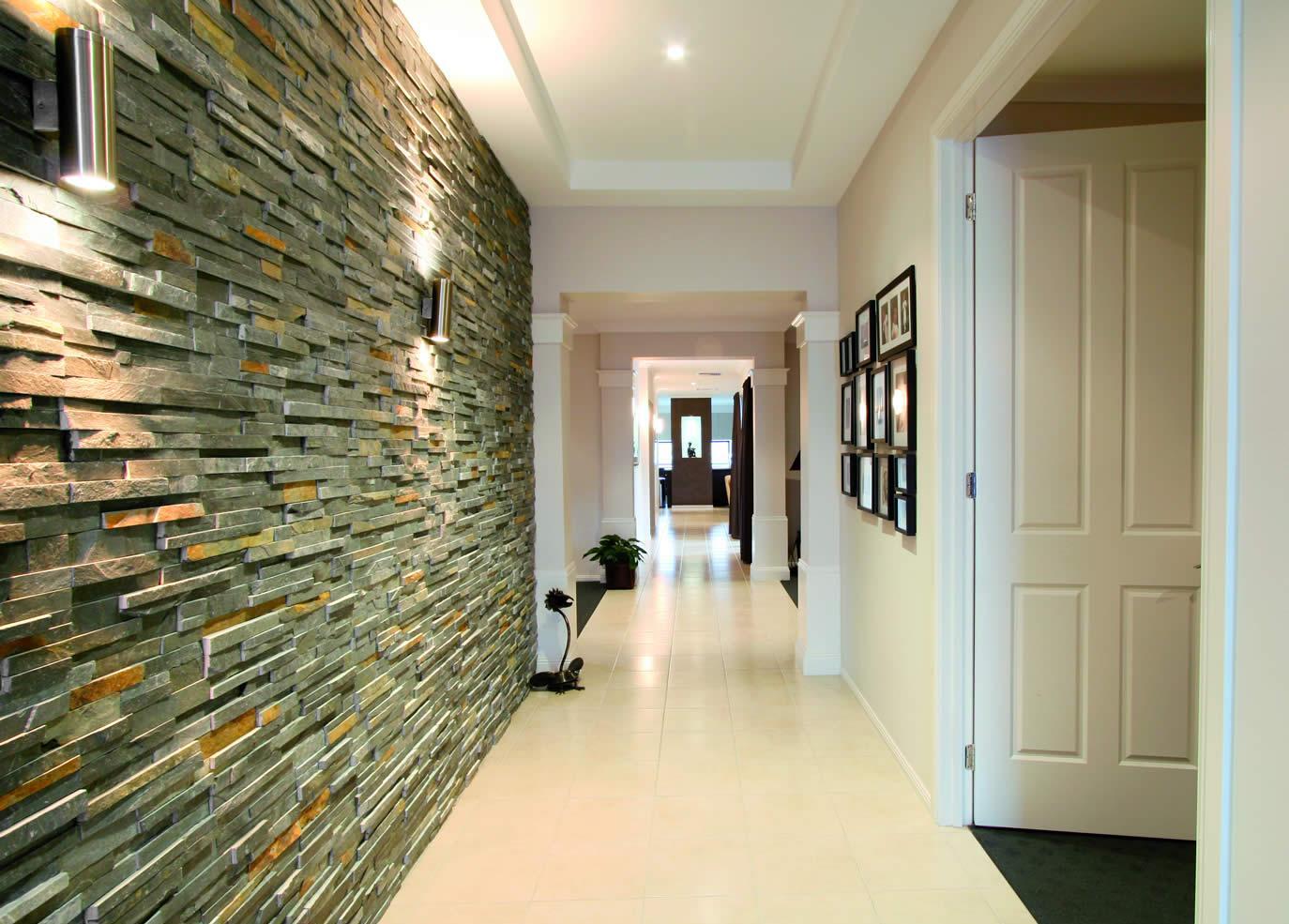 Точечное потолочное и настенное освещение в коридоре с каменной отделкой