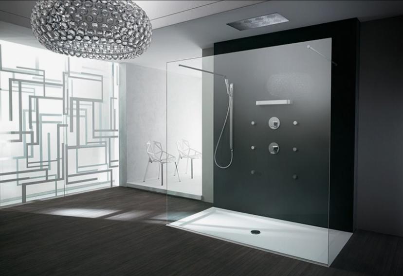 Удлиненный душ в интерьере ванной
