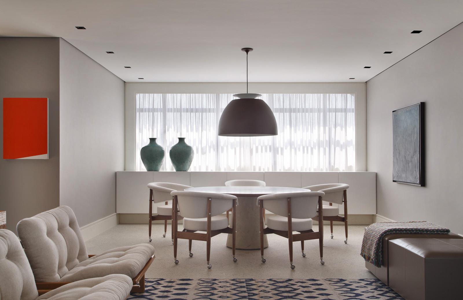 Большая люстра в гостиной-столовой с натяжным потолком
