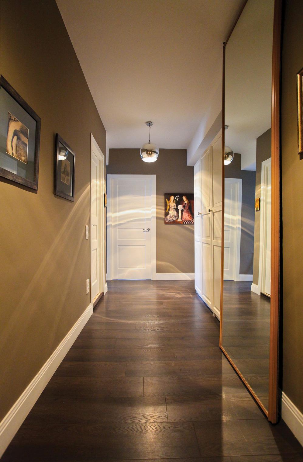 Металлическая круглая люстра в коридоре