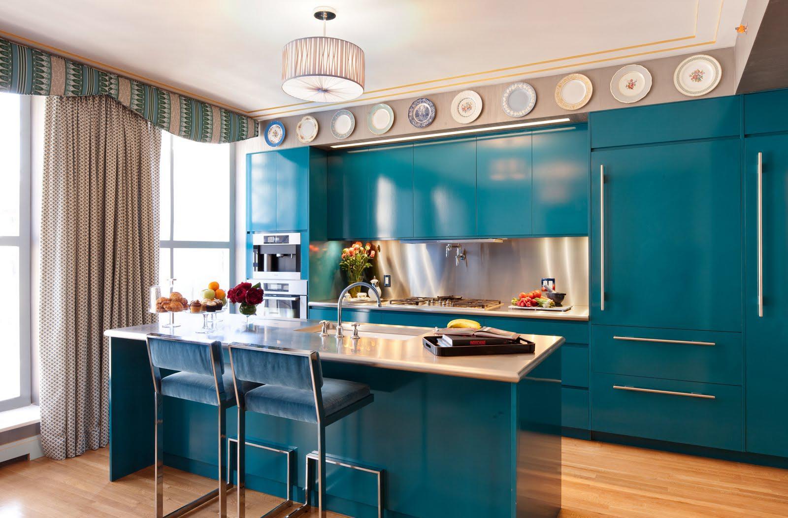 Кухня изумрудного цвета с красивыми шторами