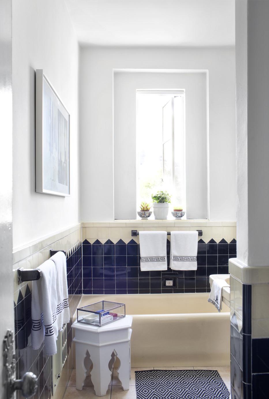 Бело-синяя ванная в греческом стиле