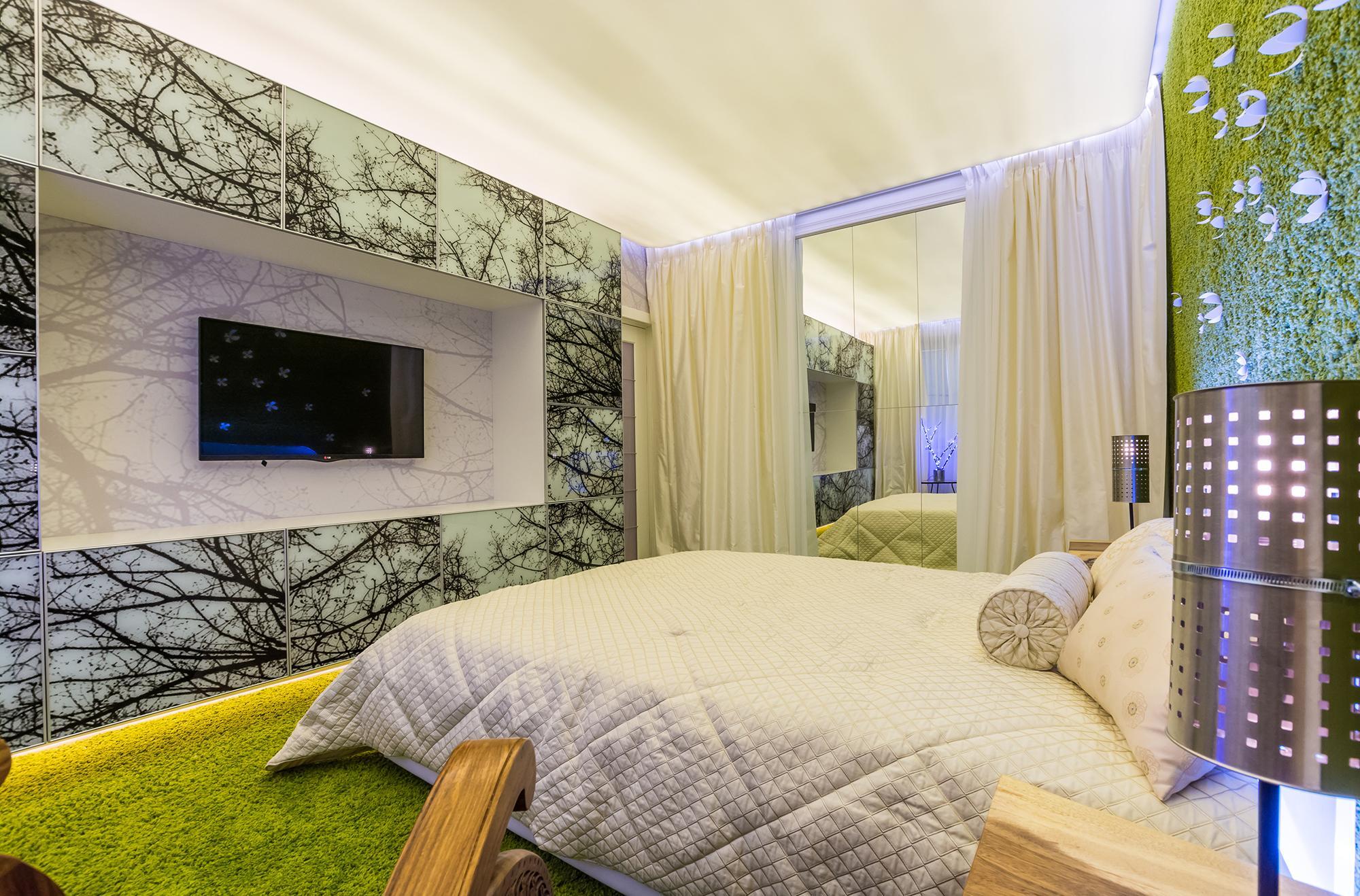 Зеленый ковер и стена в спальне в эко-стиле