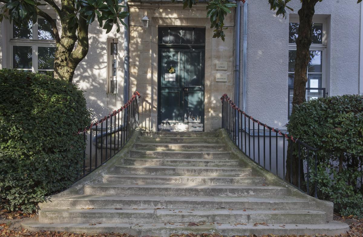 Крыльцо с бетонной лестницей