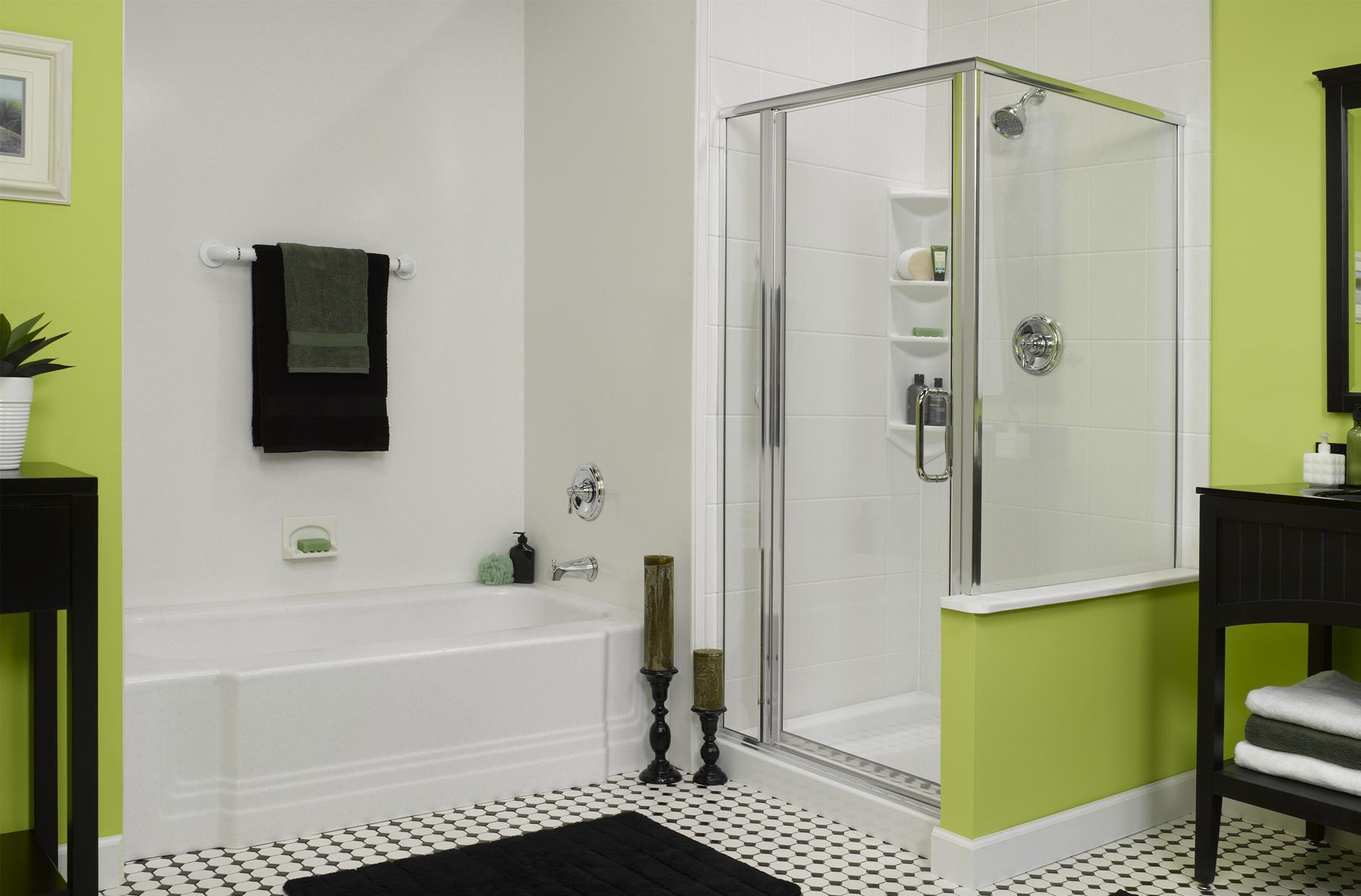 Душевая в бело-зеленой ванной комнате