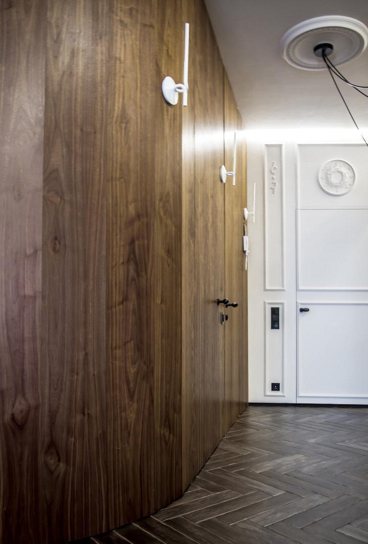 Необычные настенные светильники в коридоре