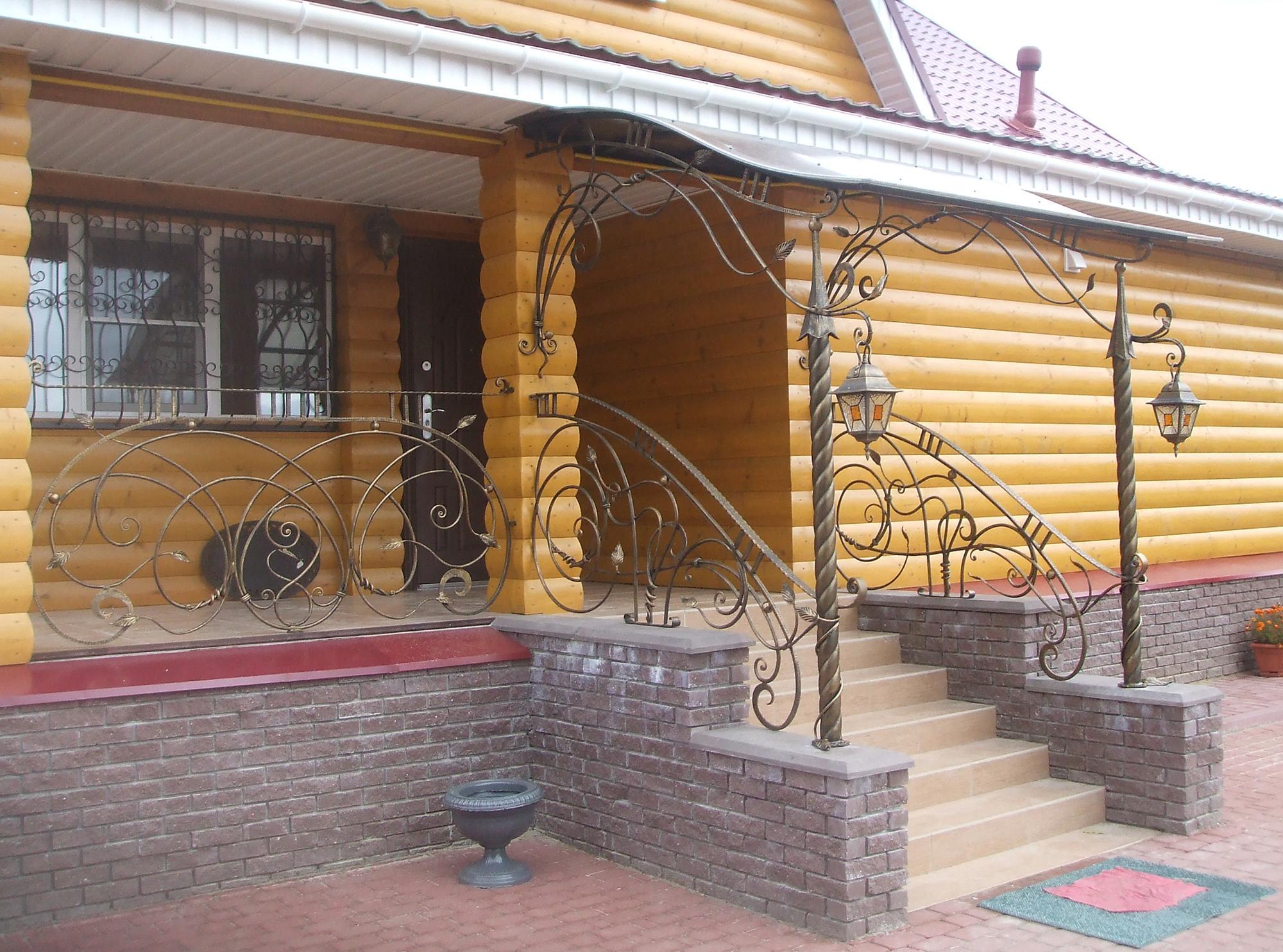 Красивые кованые перила крыльца загородного дома