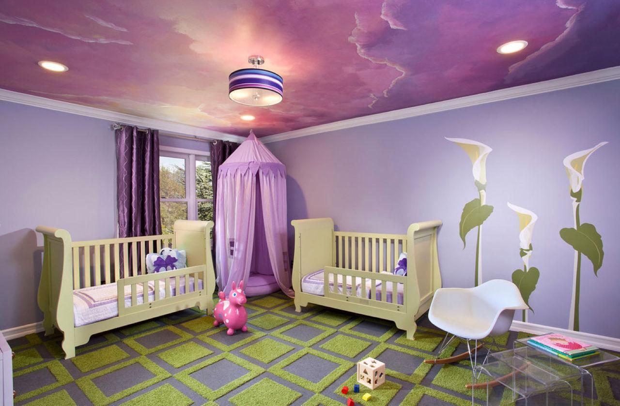 Современная люстра с сиреневым натяжным потолком в детской