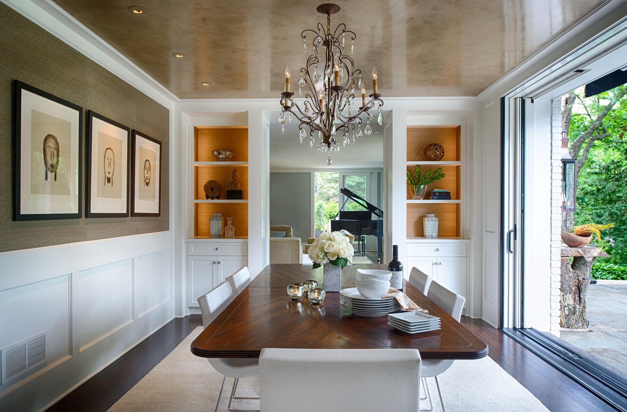 Классическая люстра с коричневым натяжным потолком в столовой