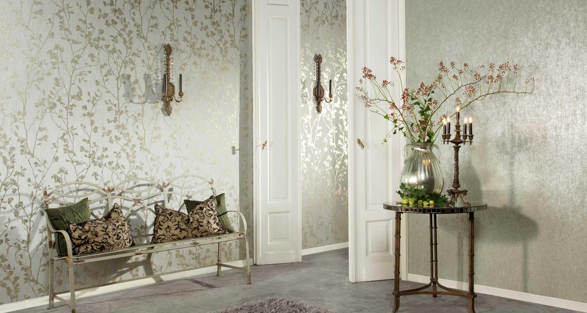 Однотонные блестящие обои и обои с цветами в гостиной