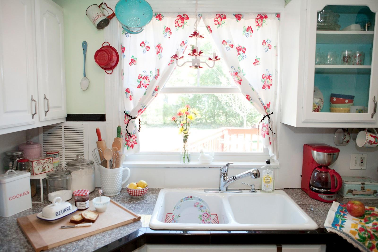 Дизайн штор для кухни в доме