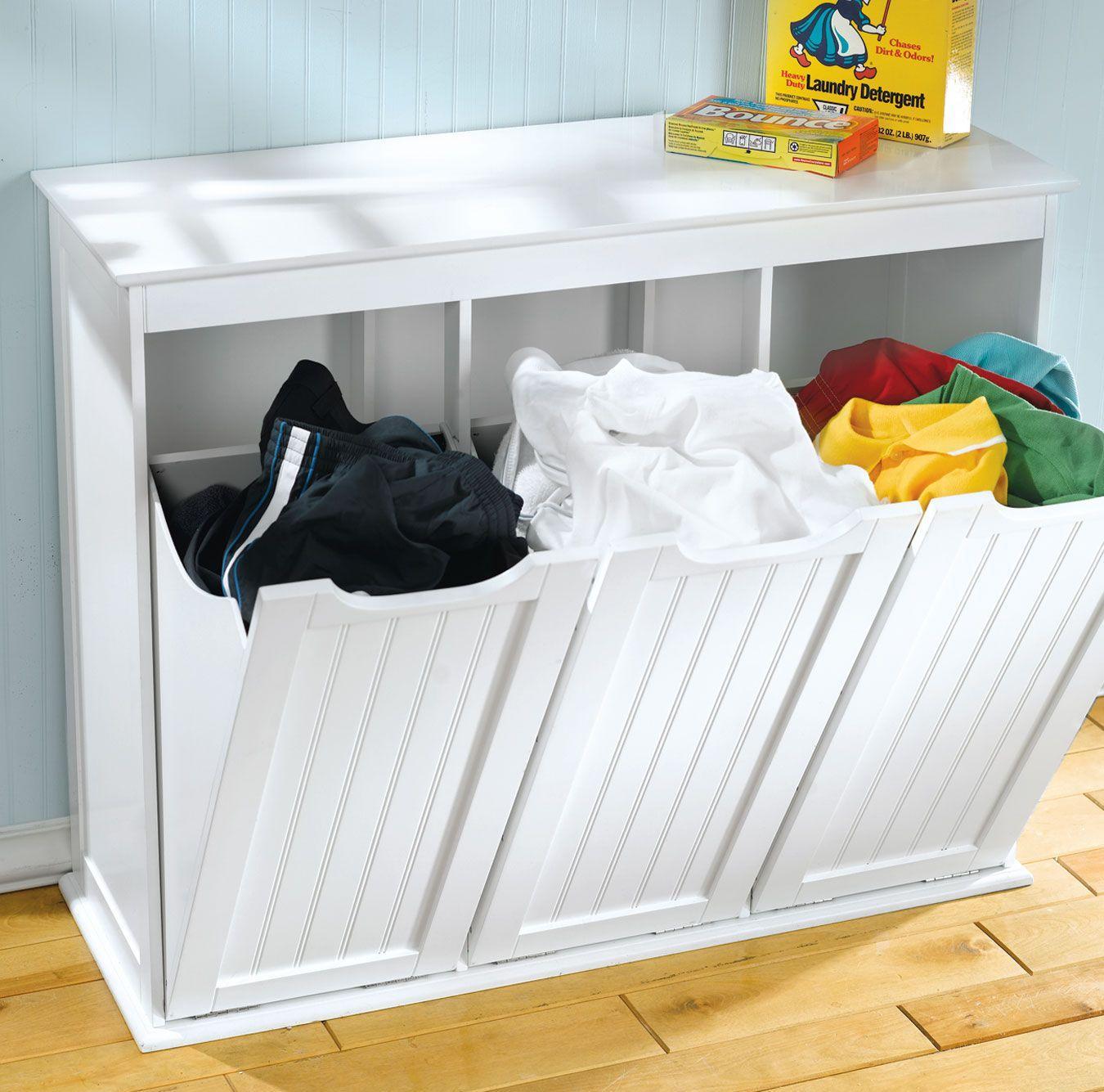 Белая деревянная корзина для белья в ванной