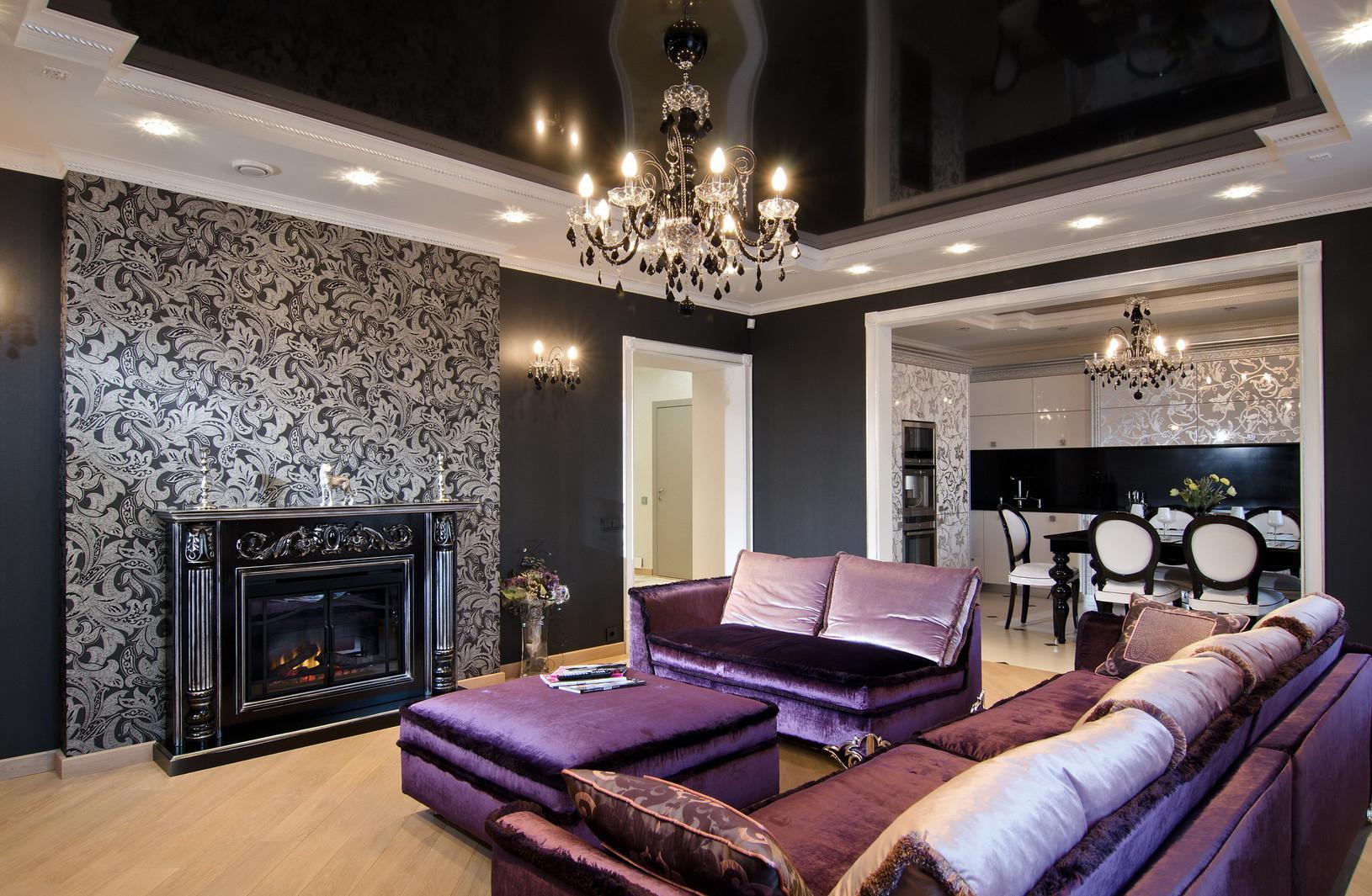 Классическая люстра с черным натяжным потолком в стильной гостиной