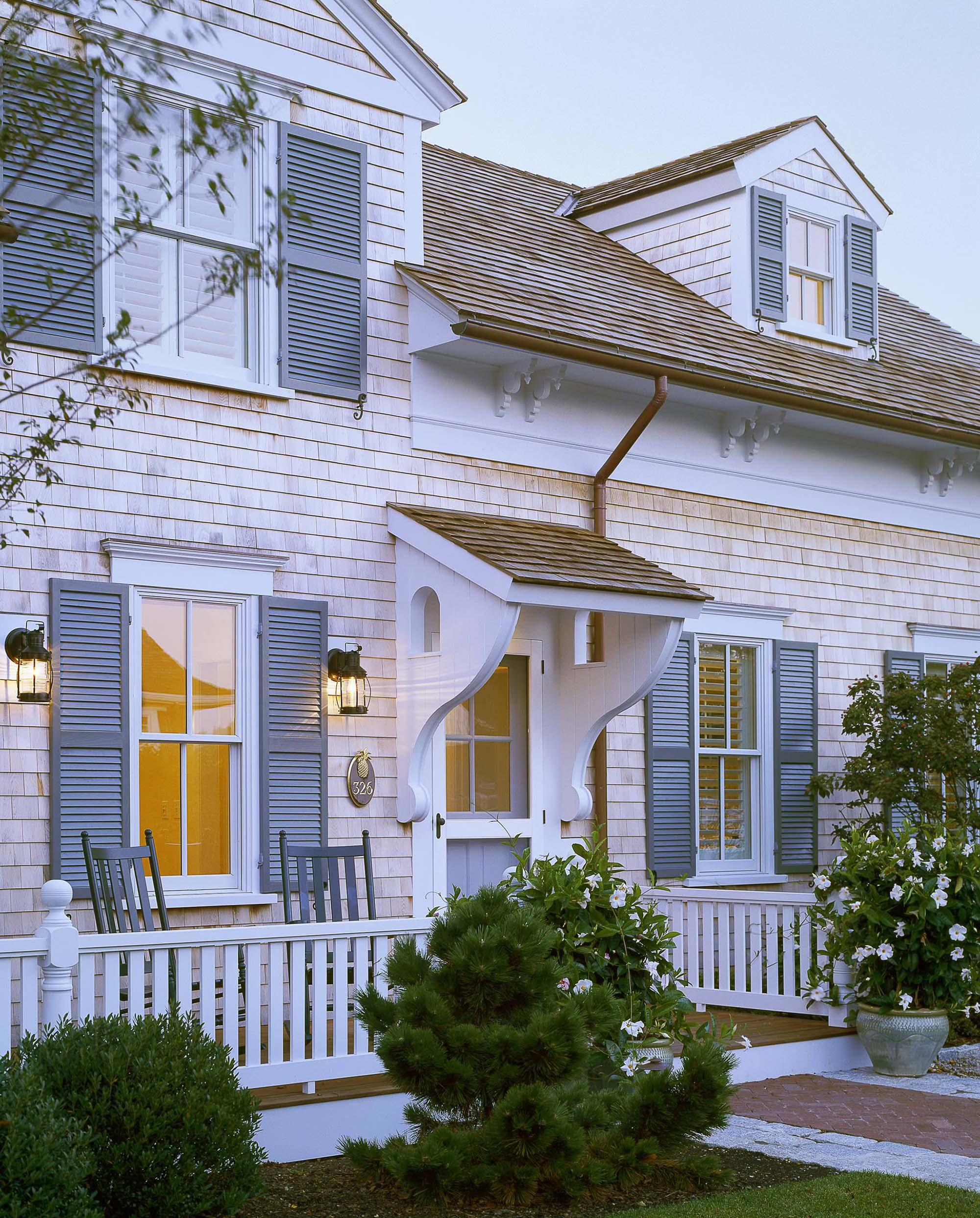 Красивое крыльцо и фасад небольшого дома