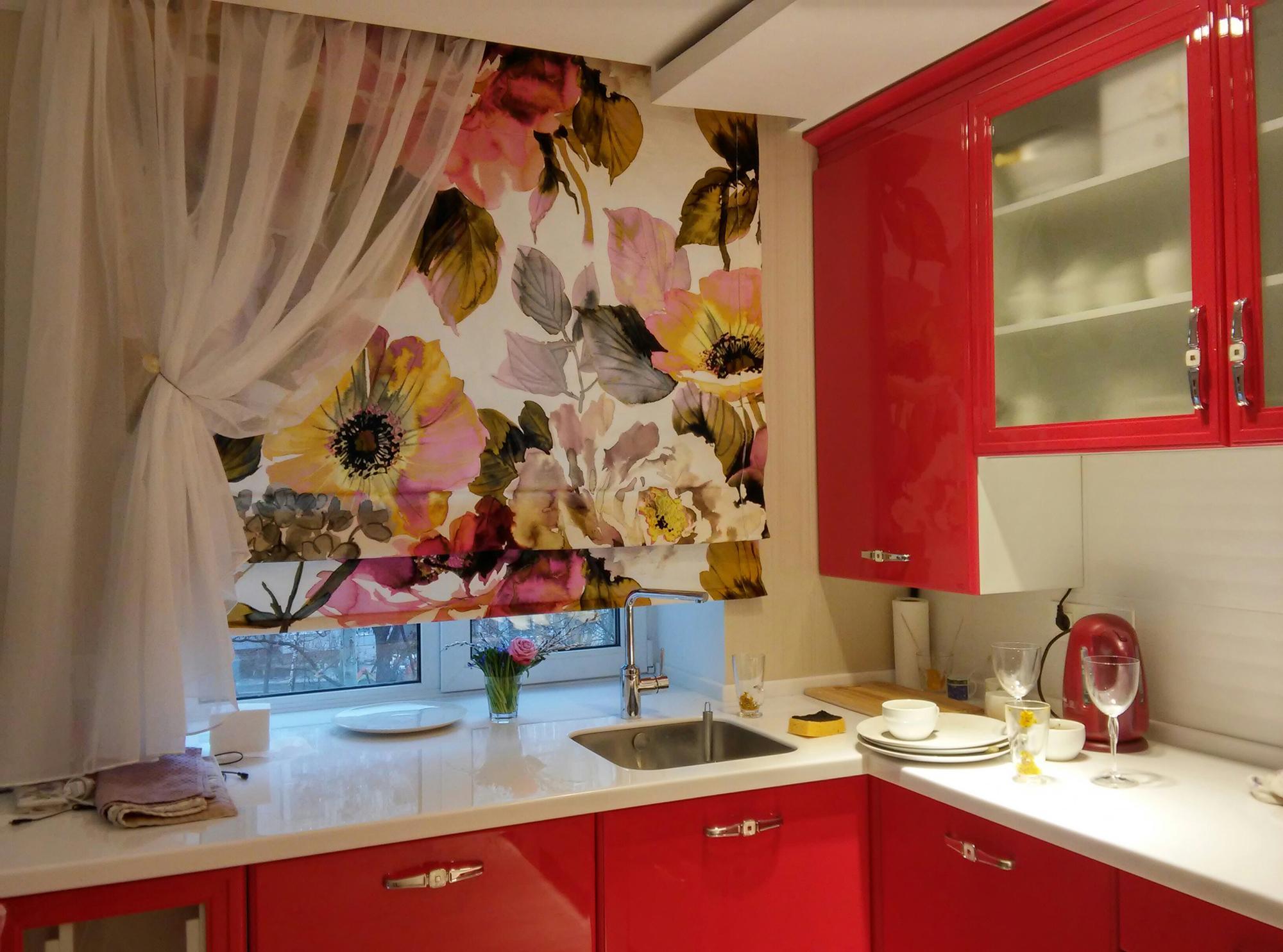 Необычное сочетание коротких штор на кухне