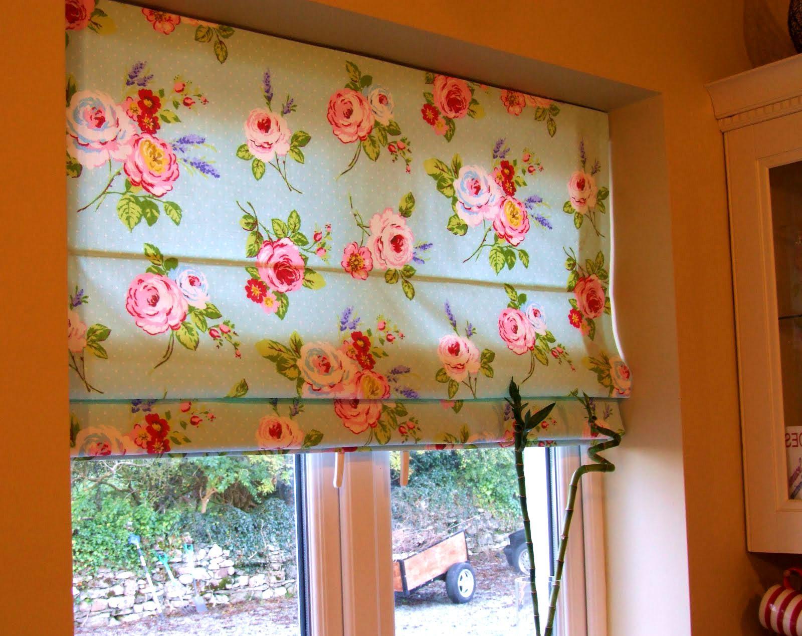 Римские шторы с цветочным рисунком для кухни