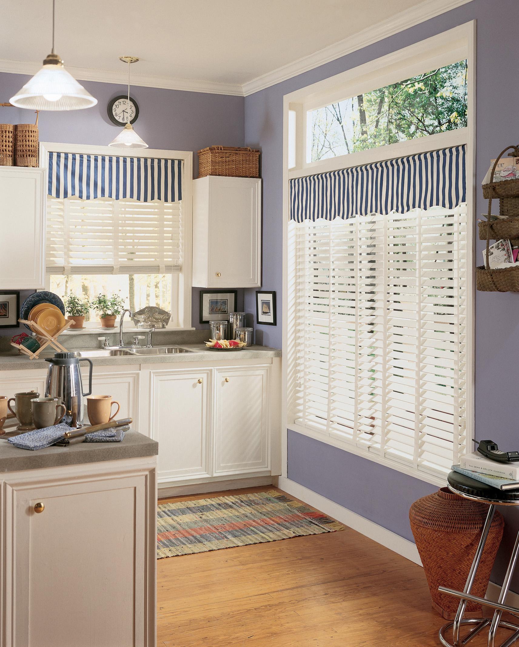 Короткие шторы в полоску для кухни
