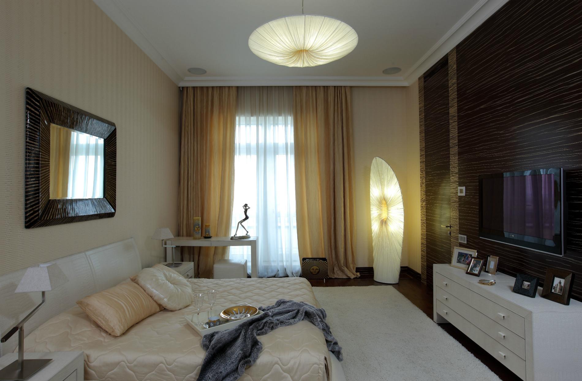 Бежево-черная просторная спальня