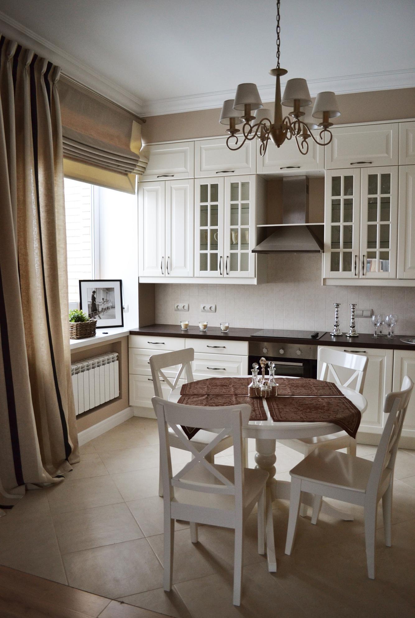 Сочетание кремовых обычных и римских штор на кухне