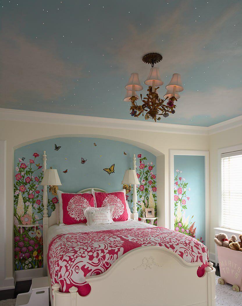 Красивая люстра с натяжным потолком в детской
