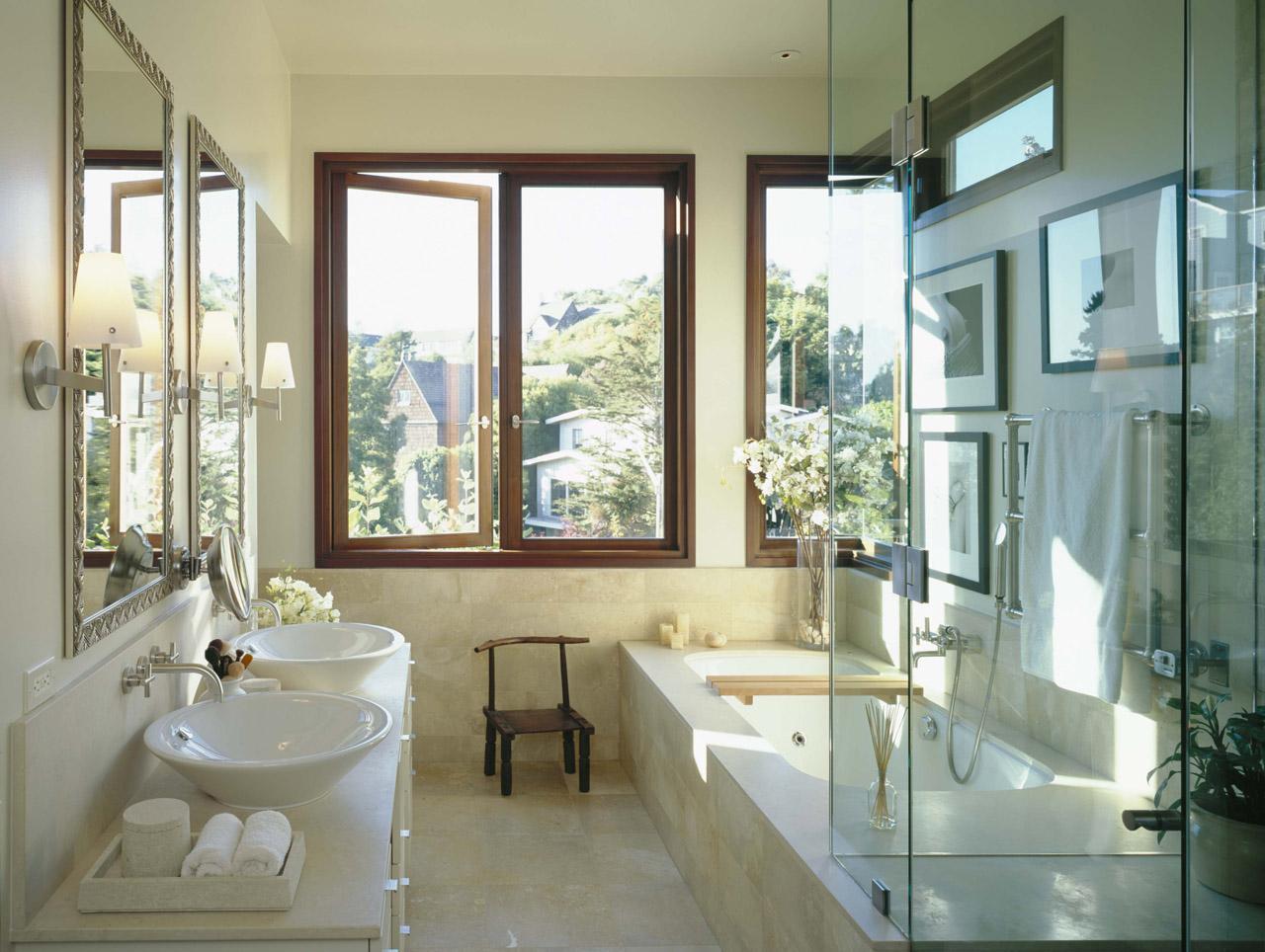 Красивый дизайн светлой ванной комнаты
