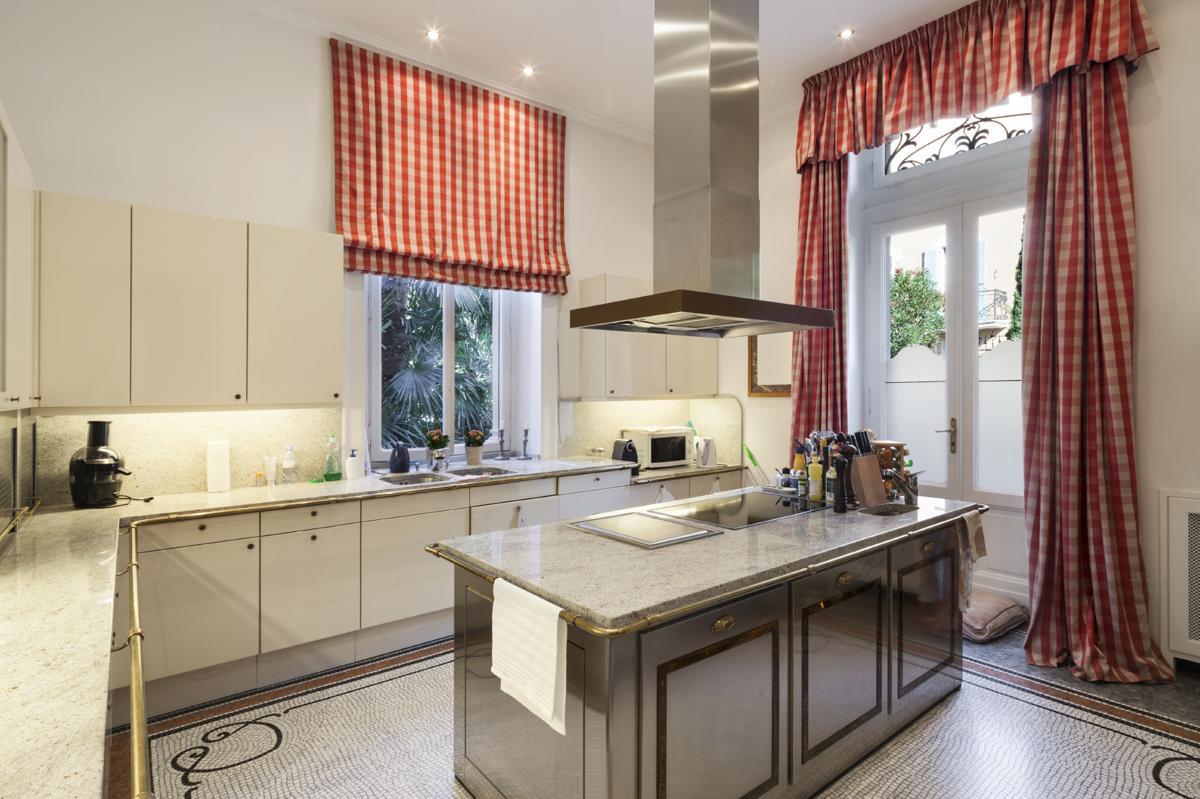 Дизайн штор для кухни в красную клетку