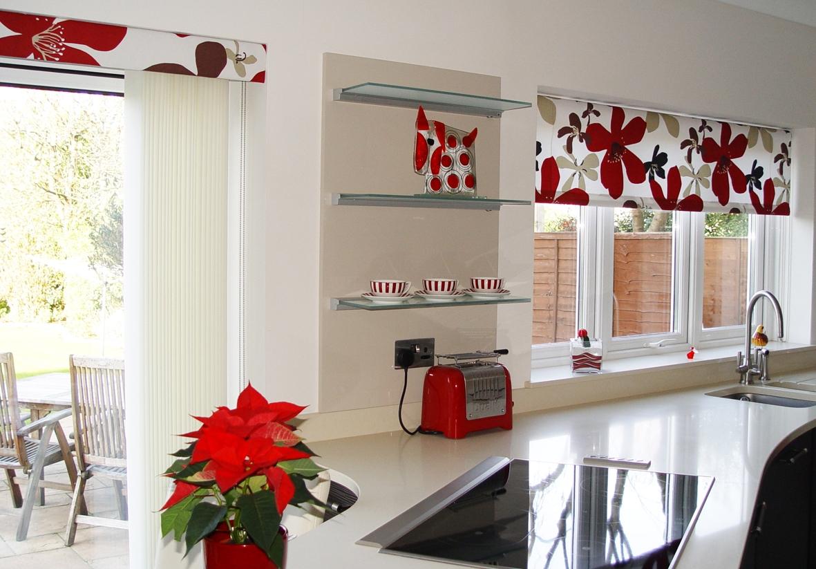 Дизайн штор для кухни с крупным принтом