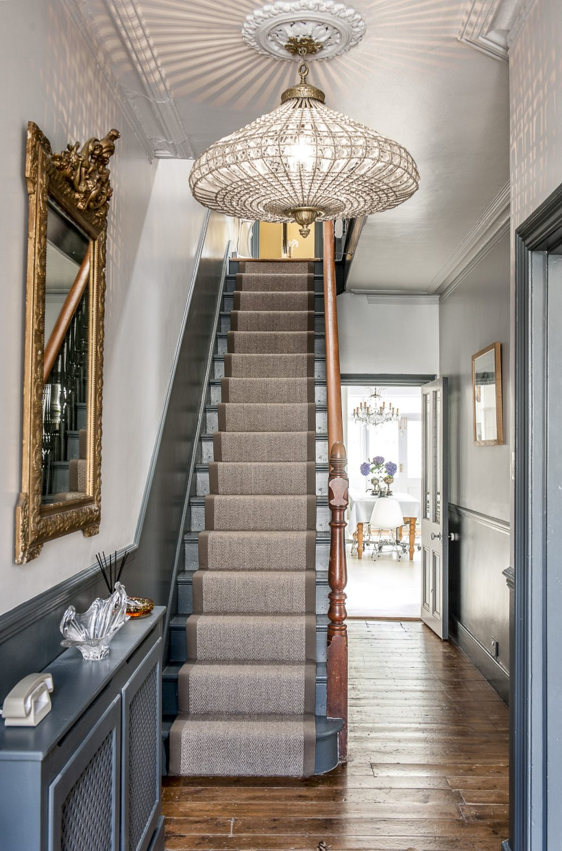 Освещение в прихожей с лестницей