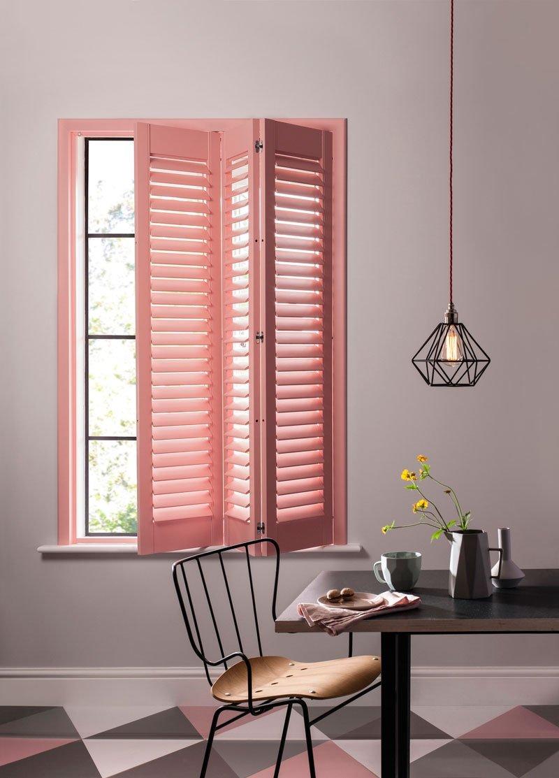 Розовое окно в интерьере