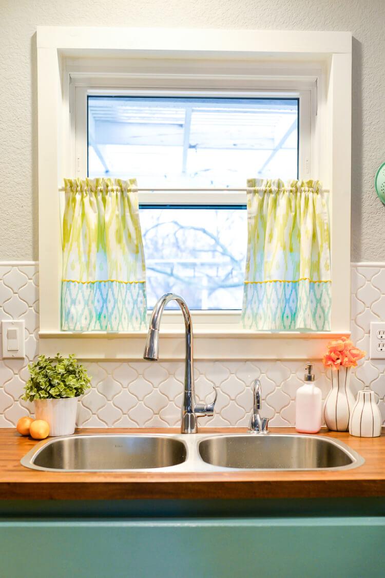 Дизайн штор для кухни в пастельных тонах
