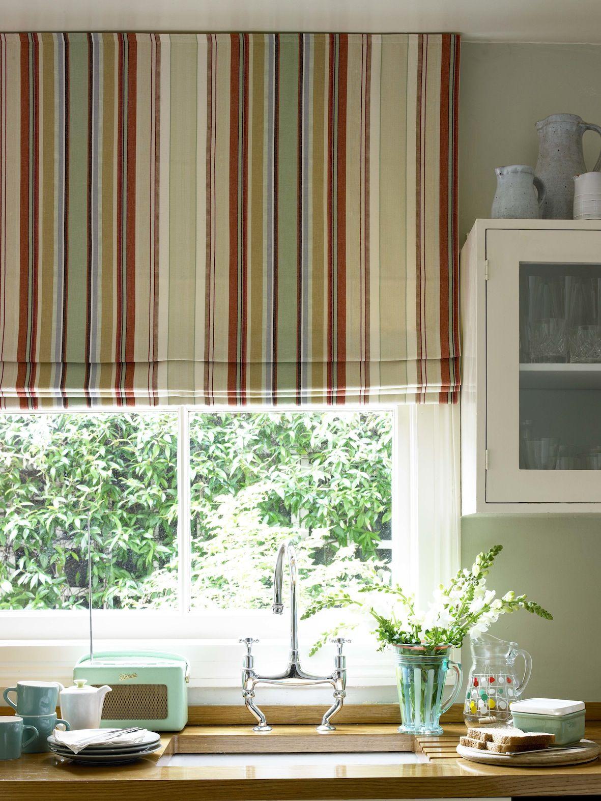 Дизайн штор для кухни полосатый