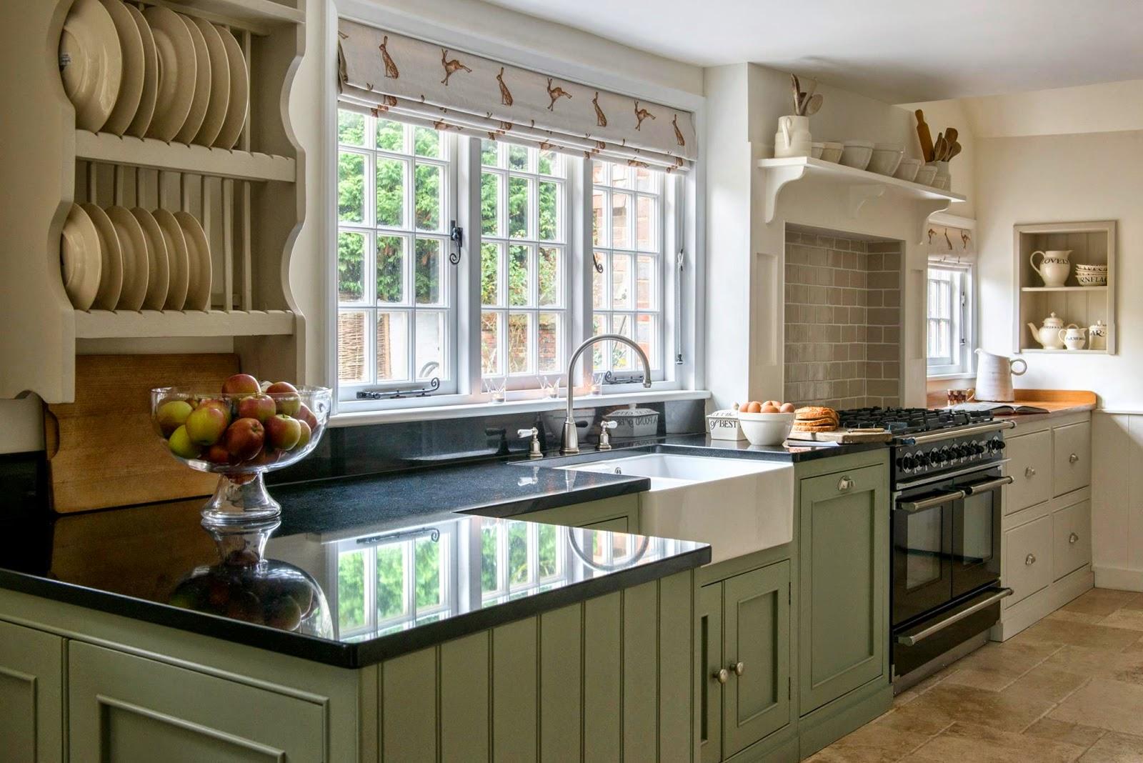 Дизайн римских штор для кухни с принтом