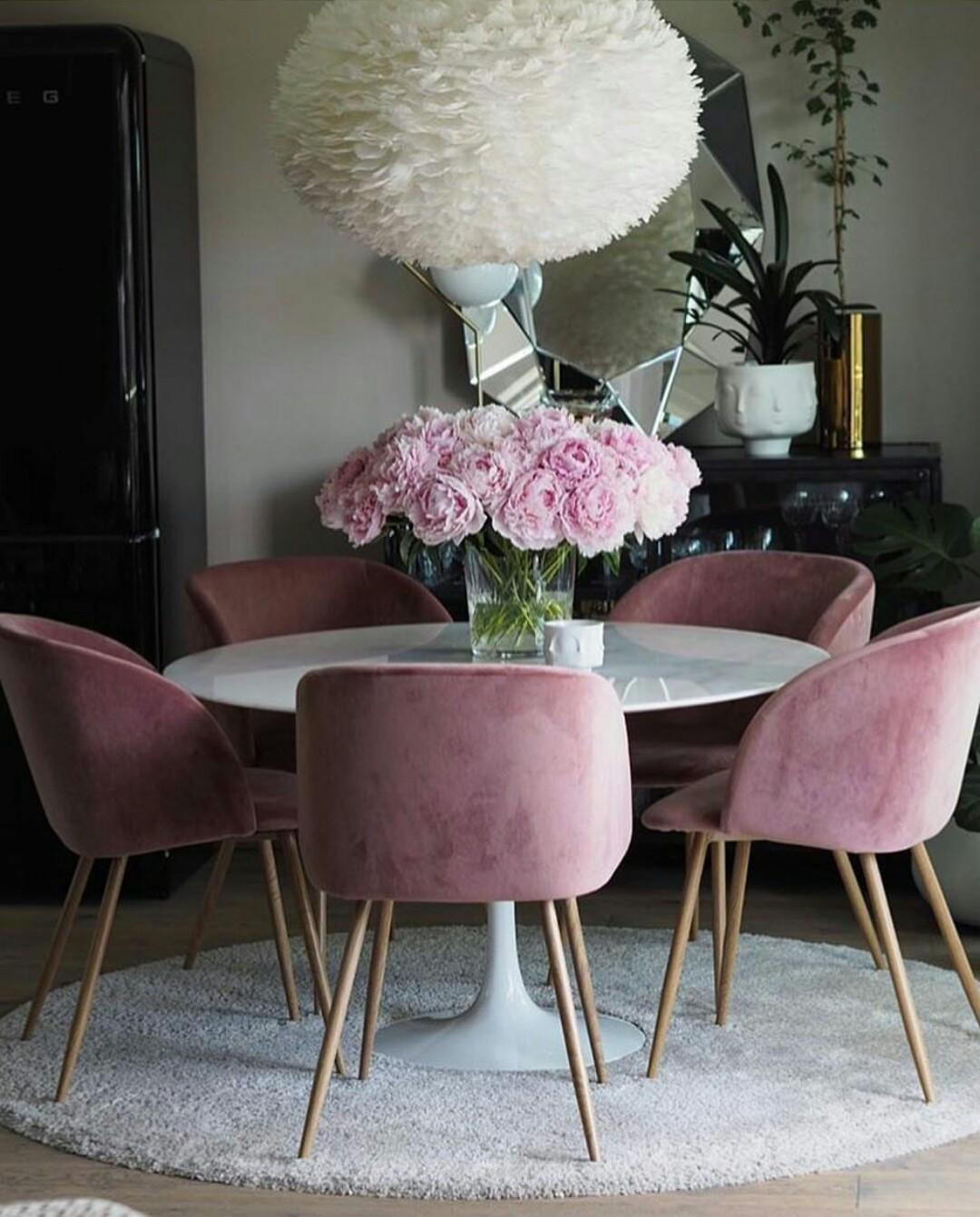 Розовые стулья в интерьере