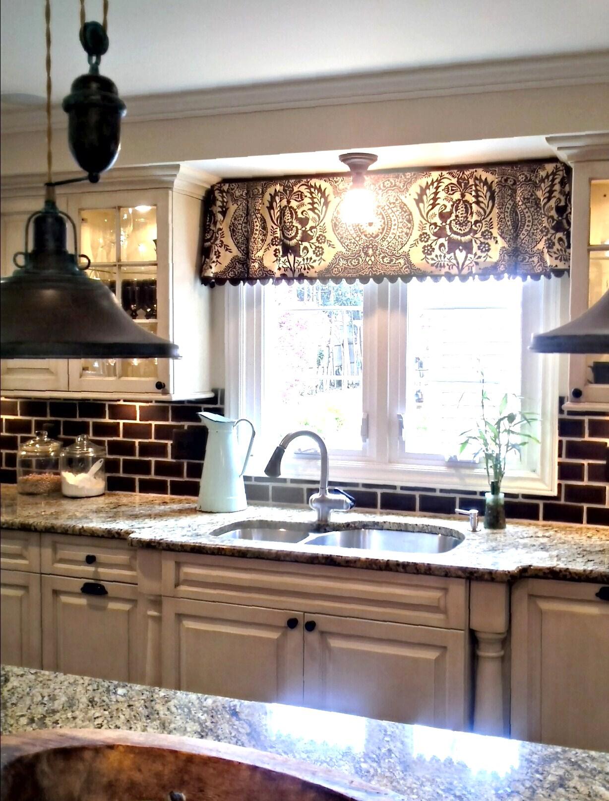 Дизайн штор для кухни темный